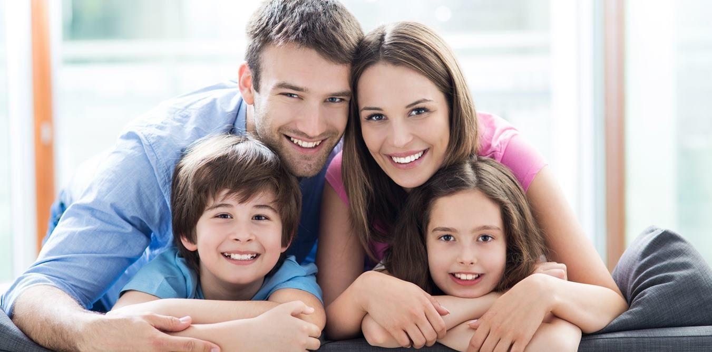 Famille relaxant sur un sofa